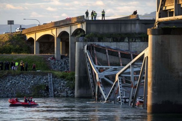 bridge collapse washington state river At about 7 pm local time in washington state yesterday a bridge spanning the skagit river north of seattle (part of interstate 5) collapsed after a truck carrying a tall load collided with one.